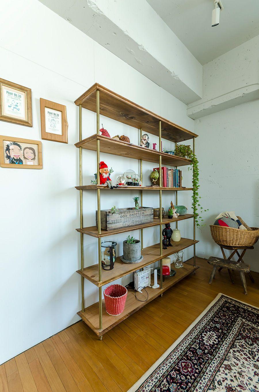 2面に開口部があり明るい室内 リビング部分には板を張り 絨毯を敷い