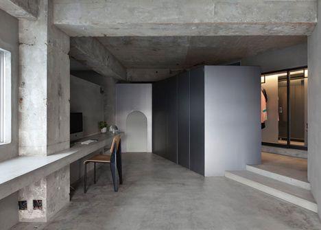 Airhouse 설계 사무소에 의해 베어 콘크리트 아파트는 자신의 패션 전시회를 선물한다
