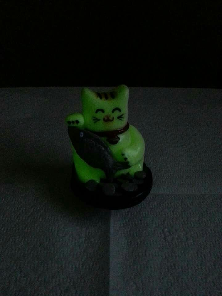 Polimer kil şans kedisi Maneki Neko fosforlu. Polymer clay Maneki Neko night glow