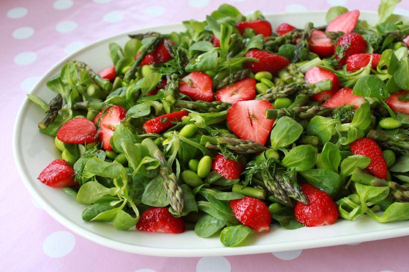 Ingredienser: 500 g grønne asparges 300 g jordbær 150 g edamamebønner, afskallede og optøede fra frost (kan erstattes af ærter) 100 g feldsalat (kan erstattes af spinat eller andre små salatblade)  Dressing: 3 spsk. citronsaft 2 spsk. rapsolie 1 lille tsk. salt 1 bundt dild, fint hakket