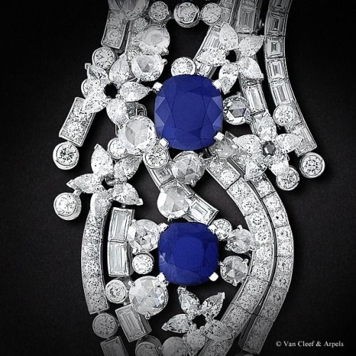 Detail of the Sept Etoiles necklace, Palais de la chance collection Platinum, diamonds, cushion-cut sapphires for 33,73 carats The Sept Etoiles necklace calls upon the articulation jewelry technique due to the coiled structure of the piece. The complexity is all the greater as all the beauty and suppleness of the necklace must be faithfull rendered by the master jeweler.