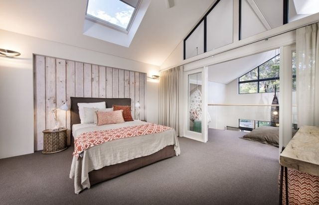 schlafzimmer dachschräge weiße wände teppichboden braun koralle ...