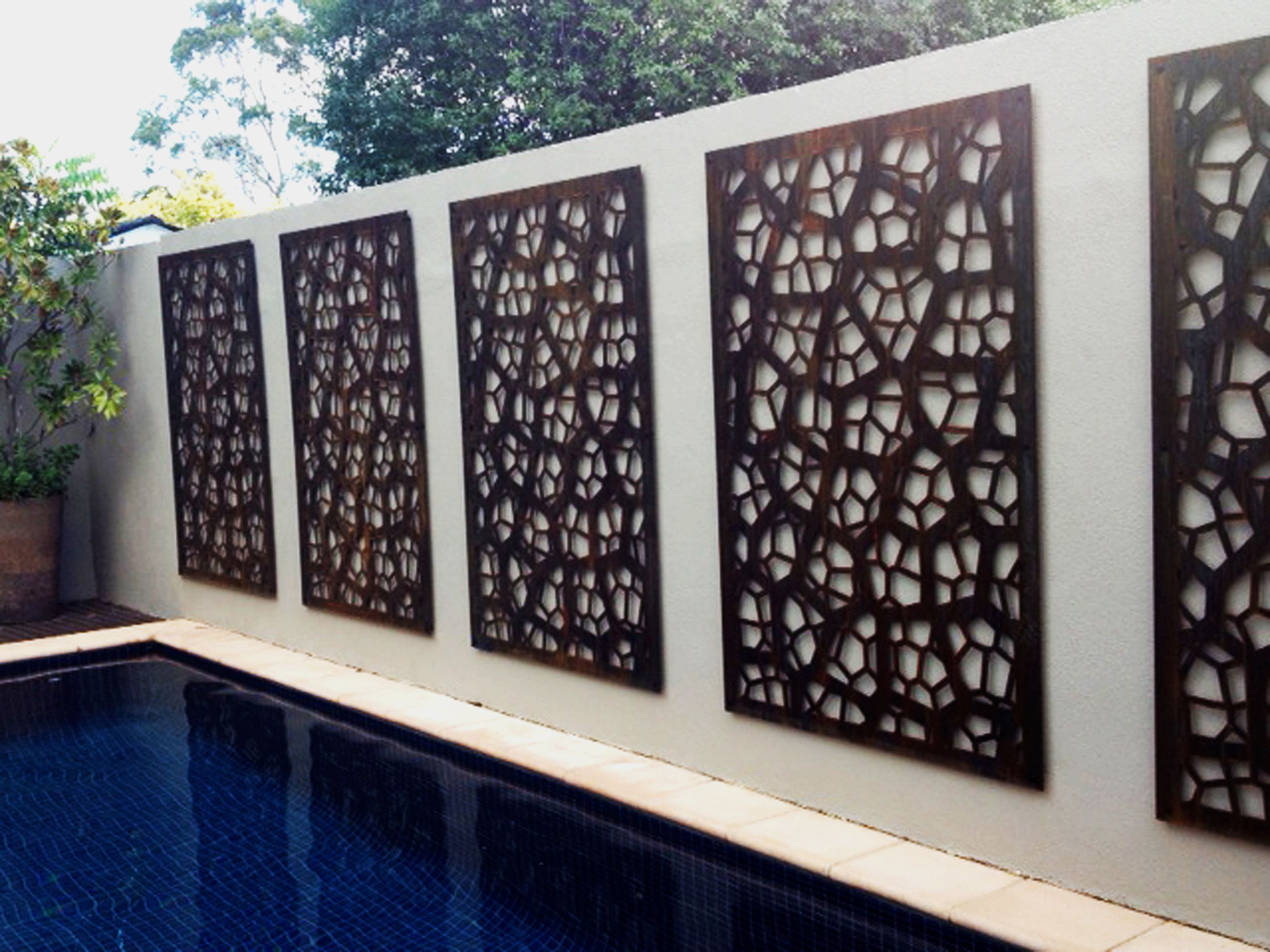 A Pool Wall Is Made Beautiful With Decorative Screens Cut In Corten Our Pretoria Design Homeimprovement Decorativescreens Pooldecor Poolpatios