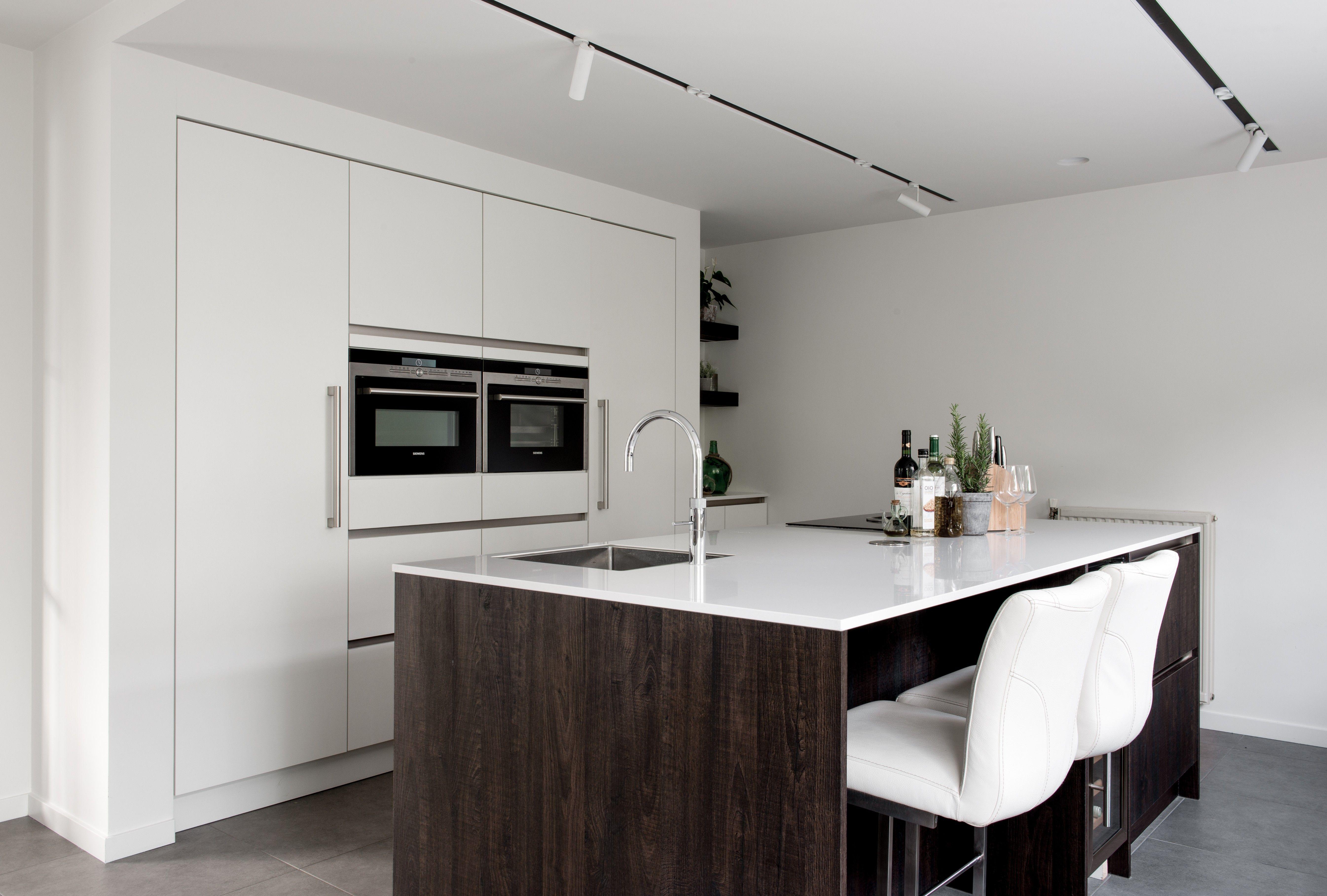 Moderne Nederlandse Keuken : Moderne wit houten eilandkeuken quooker bora siemens