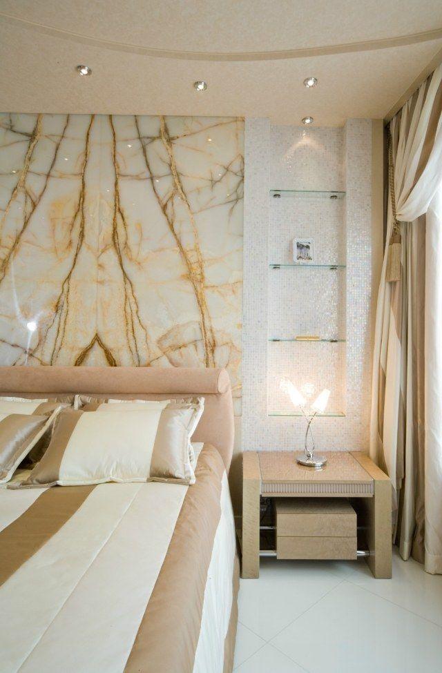 schlafzimmer wandgestaltung marmor platte mosaik nische glaregale