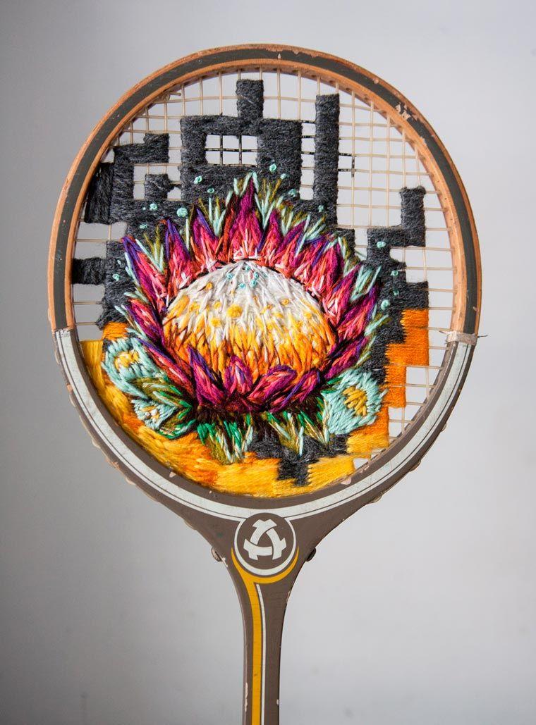 Les jolies créations de l'artistesud-africaineDanielle Clough, basée à Cape Town, qui utilise de vieilles raquettes de badminton comme support pour ses b