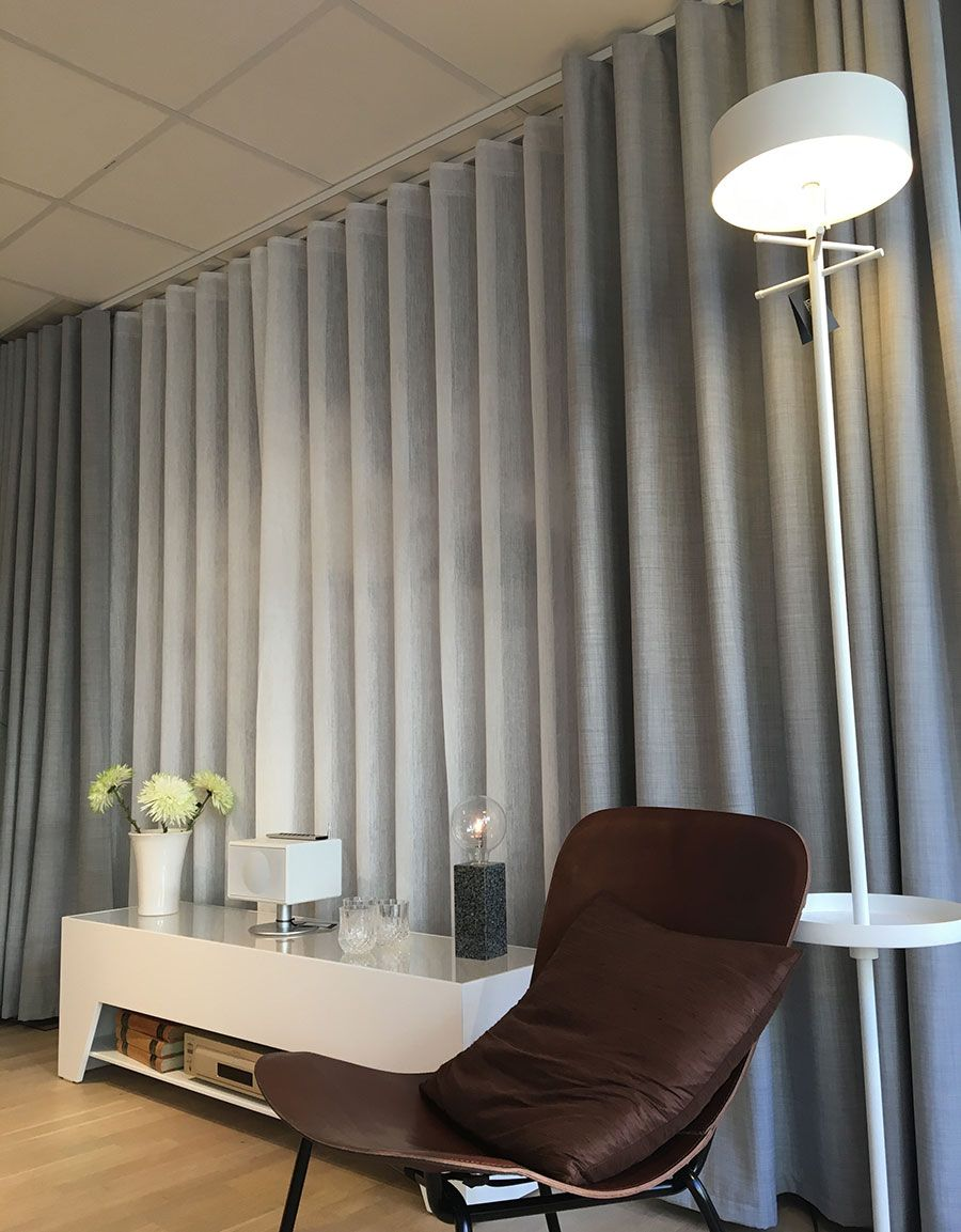 Gardin Skimra från Hasta Home, en fin skir gardin som är lite transparent och skimrar lätt. Fler fina gardiner hittar du på hastahome.se.