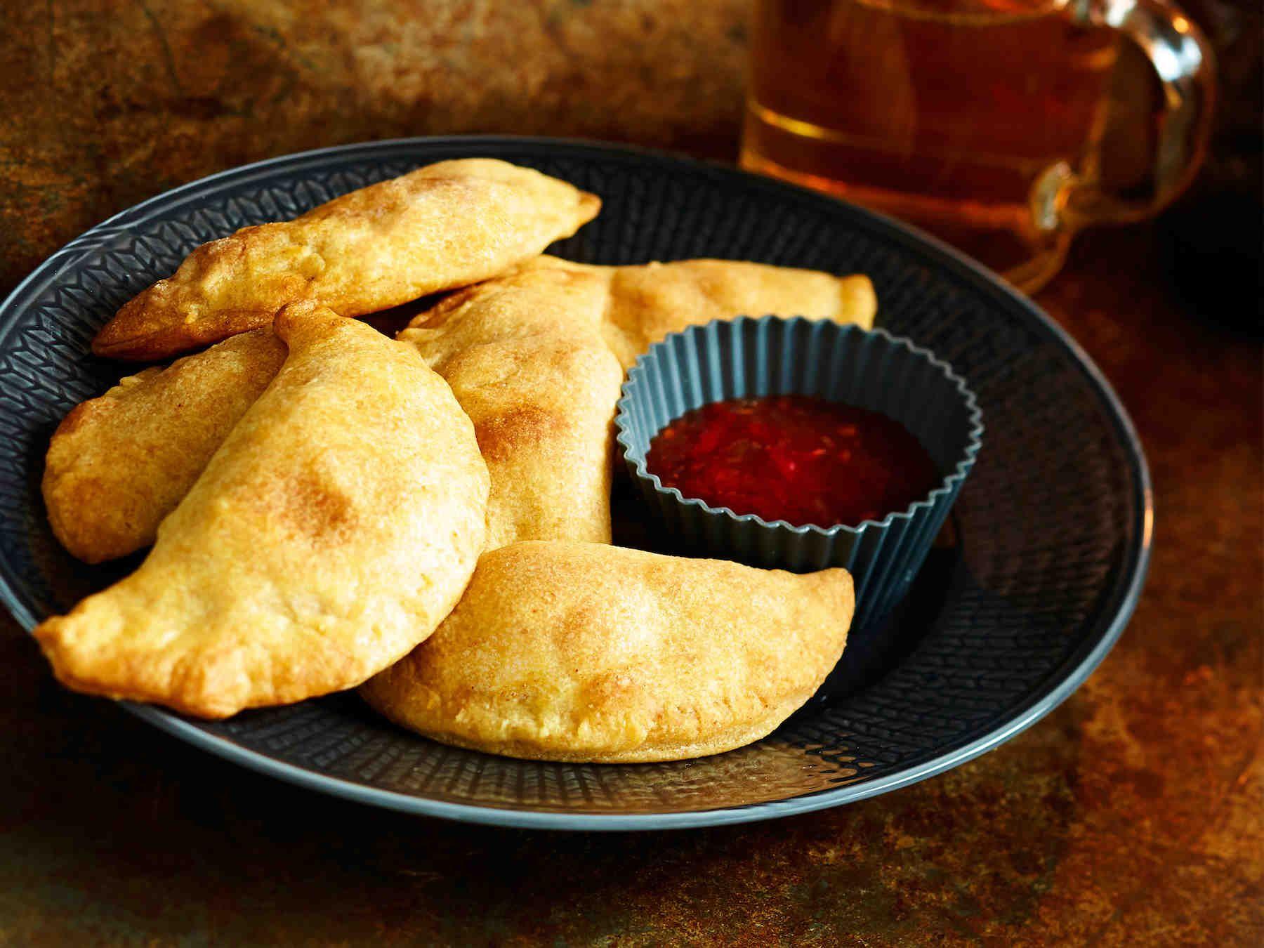 Piilota rahkavoitaikinaan broileria, chilitahnaa ja hunajaa. Broileripasteijat maistuvat illanistujaisissa ja sopivat seisovaan pöytään.