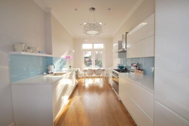 Küche Wandgestaltung Idee Glas Spritzschutz Hellblau Weiße Schränke