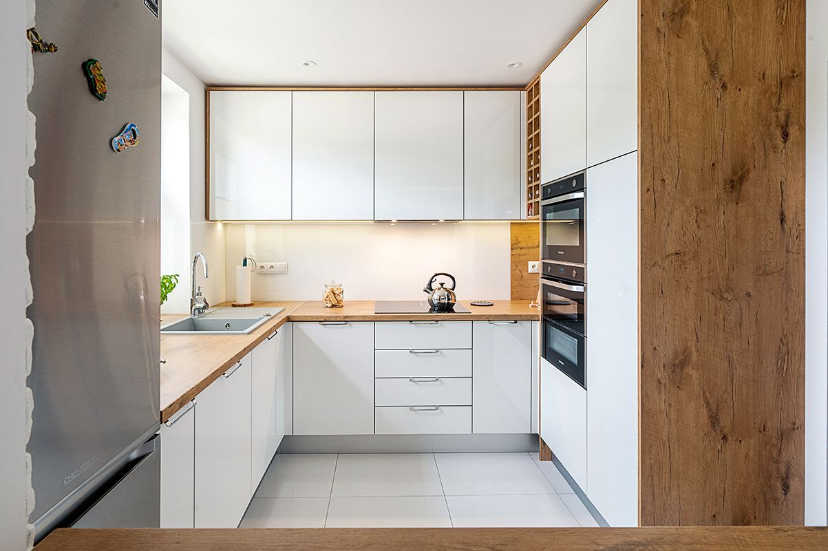 Zgrany Duet Biel I Drewno Takie Polaczenie Zawsze Jest Udane A Rownoczesnie Daje Wiele Mozliwosci Aranza Modern Kitchen Design Kitchen Design Modern Kitchen