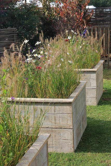 Construire des bacs pour des fleurs avec du bois de coffrage dans l - construction terrasse en bois sur parpaing