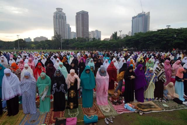 How Is Eid Al Fitr Celebrated In Islam Eid Al Fitr Eid Muslim Holidays