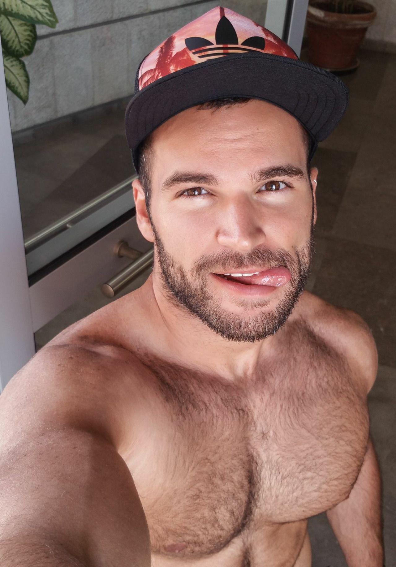 Ich liebe BHs, ich ziehe nur meinen BH aus, wenn ich ins Bett gehe :)