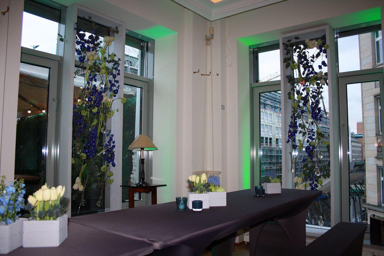 Hohe Fenster fensterdekoration für hohe fenster mit rittersporn und tulpen