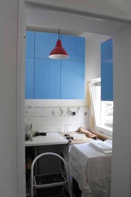 Küchenschränke hängen. Nur blöd, dass die Türen hellblau sind und ...