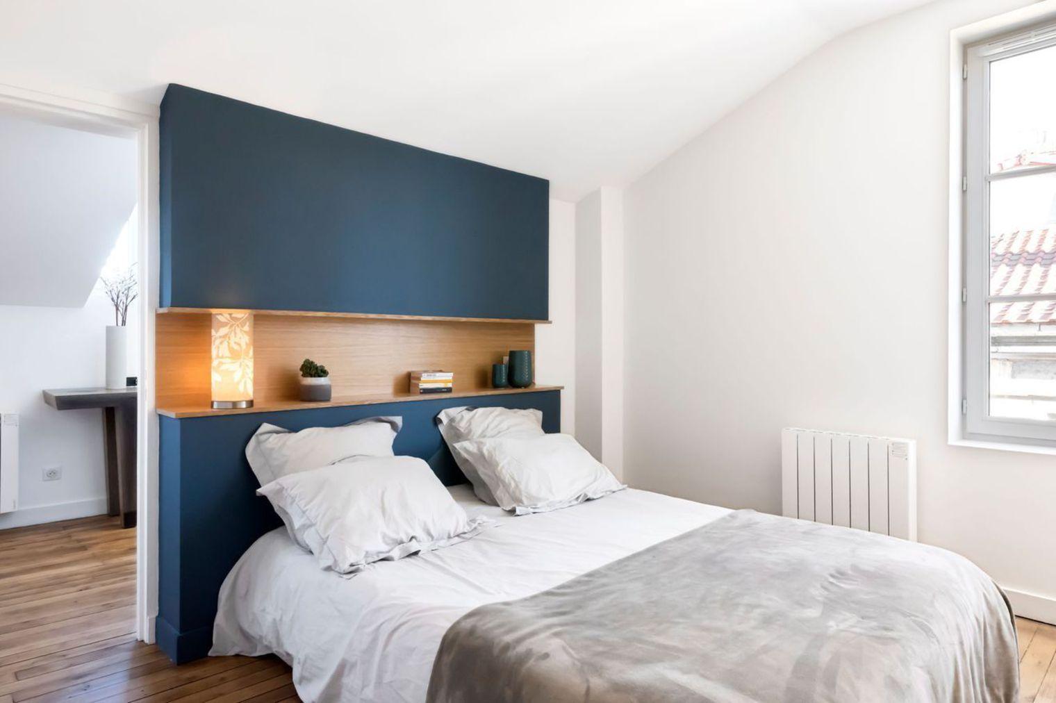chambre parentale avec tete de lit bleu nuit parquet et. Black Bedroom Furniture Sets. Home Design Ideas
