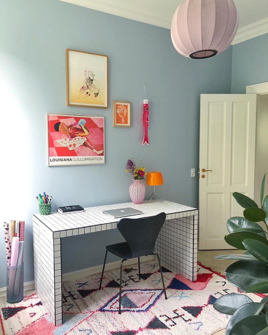 "Photo of Cathrine de Lichtenberg på Instagram: ""Elsker energien i our lille hjemmekontor 🐳💨🌈✨. . Elsker energien i dette rommet 🤗 # hjemmekontor. . . . . #kontor #hjemmekontor """