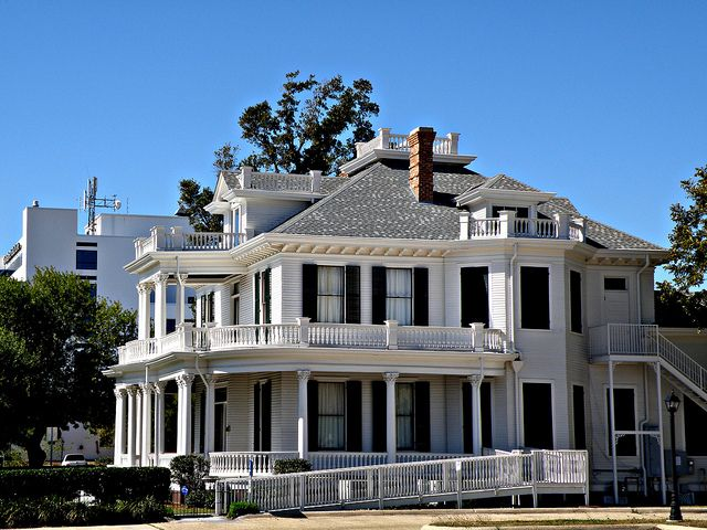 Historic Mansion Downtown Biloxi Mississippi With Images Historic Mansion Mansions Old Mansions