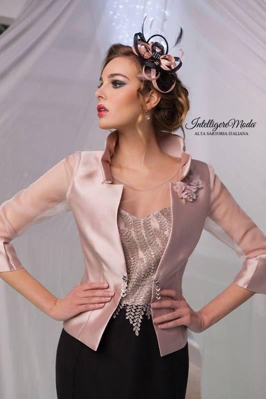 bc2ead61bbdd Abito da Cerimonia donna con corpetto in macramé e giacca con collo  rialzato e maniche in trasparente organza.