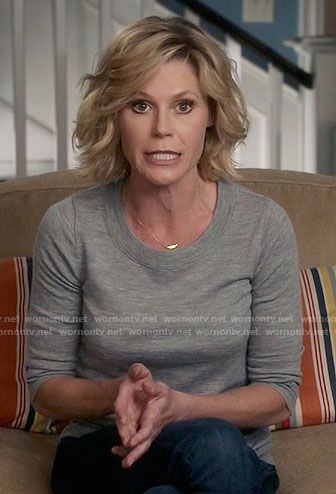 Claire S Grey Sweater On Modern Family Mom Hairstyles Thin Fine Hair Julie Bowen Hair