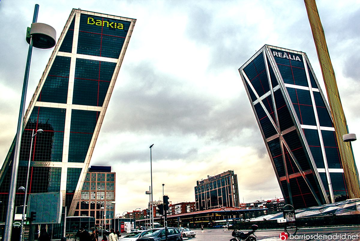 Las Torres Kio se inauguraron en 1996 y constituyen los primeros rascacielos inclinados que se edificaron en el mundo.  © www.barriosdemadrid.net