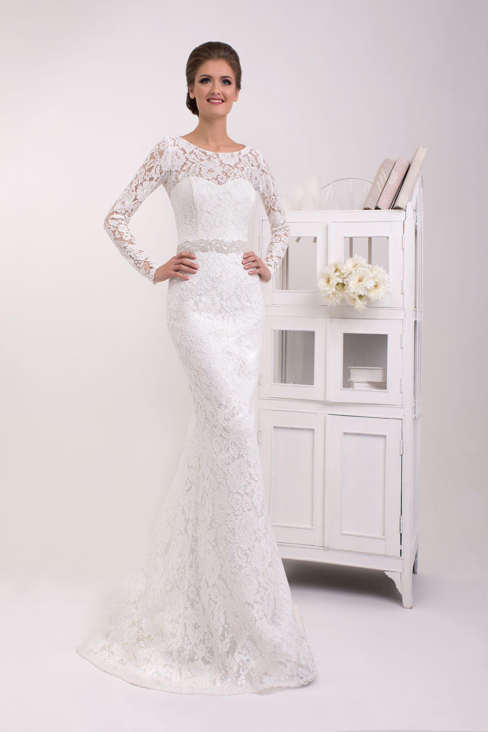 eaa08eae9c9c Krásne čipkované svadobné šaty v štýle morská panna zdobené opaskom ...