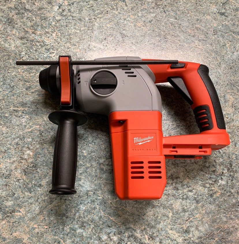 The Milwaukee 0756 Cordless 28 Volt 1 In Rotary Hammer Uses The Milwaukee Built High Power Reversible Motor To Deliver 4 700 Milwaukee Tools Milwaukee Rotary