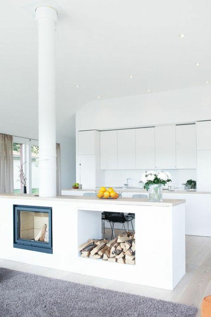 Offene Küche Wohnzimmer Abtrennen Kamin Gemauert Feuerstelle Orangen Weiße  Blumen Weiße Küchenfronten Teppich Grau Ikebana