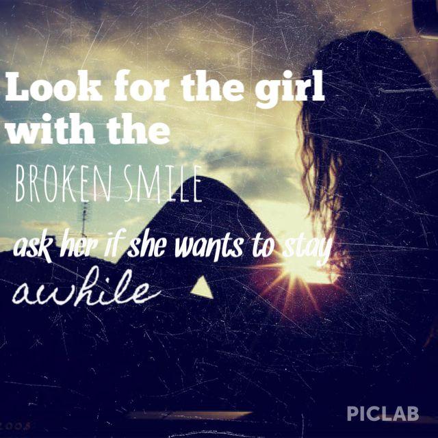 buscar la niña con el sonrisa rota preguntarle si quiere quedarse un tiempo