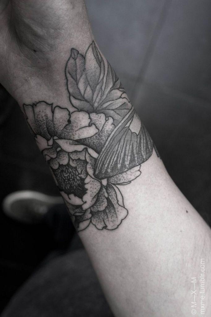 Fleur. exemple tatouage poignet femme fleurs de pivoine