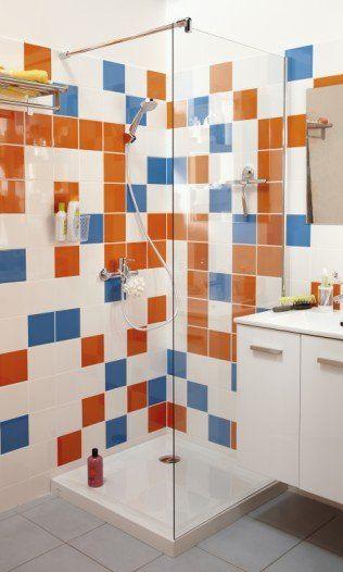 La paroi de douche transparente donne à voir l\u0027orange et le bleu de