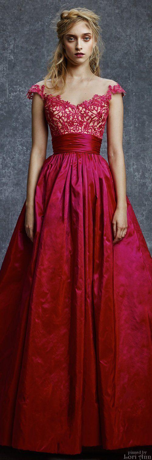 Vestido estilo princesa com a parte superior de guipir e saia volumosa.