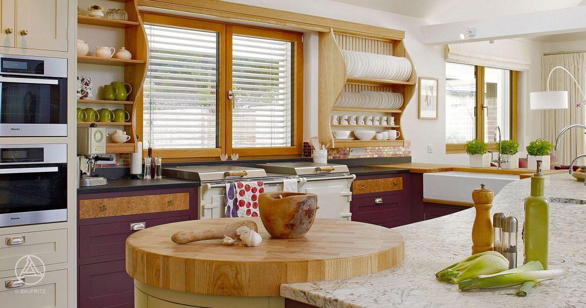 Farbige Fronten setzen gezielt Akzente in der Küche – Baufritz Landhaus Hauck