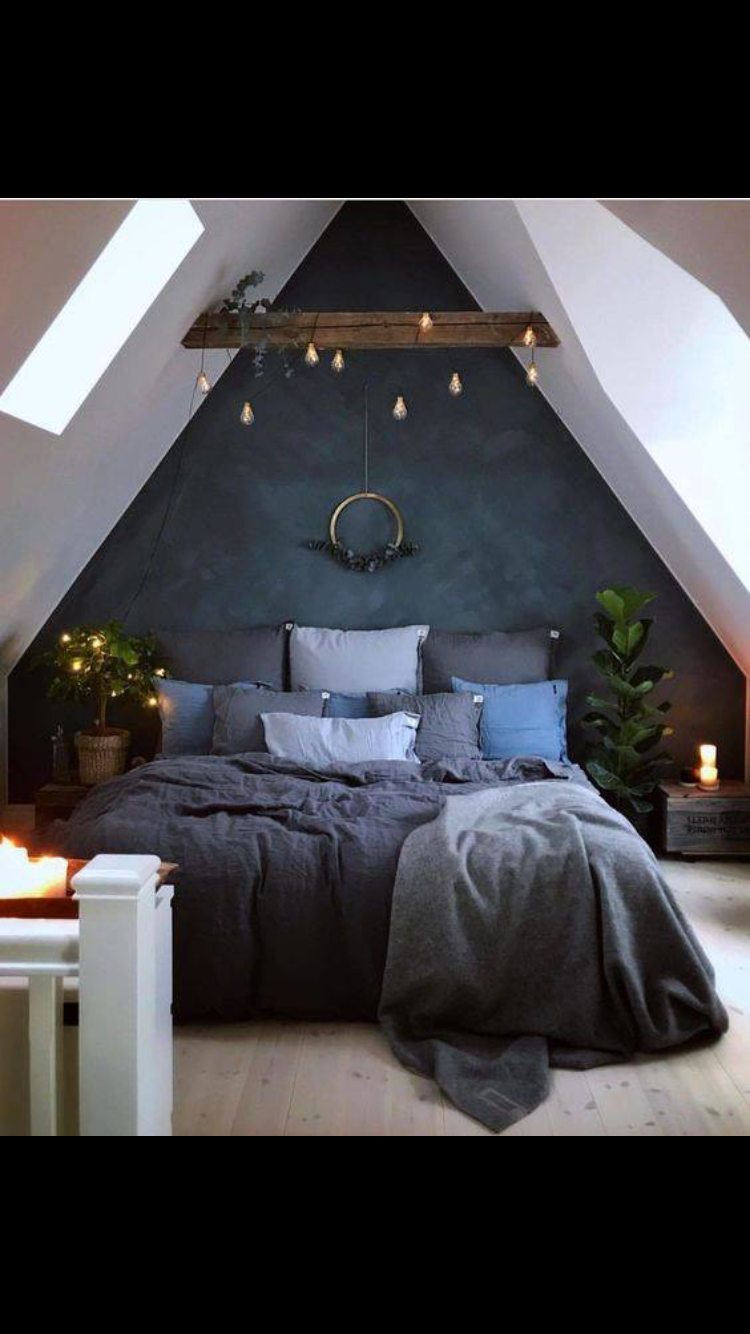 Schlafzimmer Ideen Freistehendes Bett I Love This Wall Color And These Lights 3 Attic Bedroom