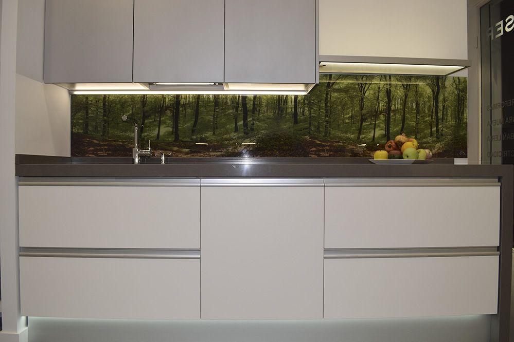 Cocina moderna con entrepa o de cristal con imagen verde for Alicatar cocina detras muebles