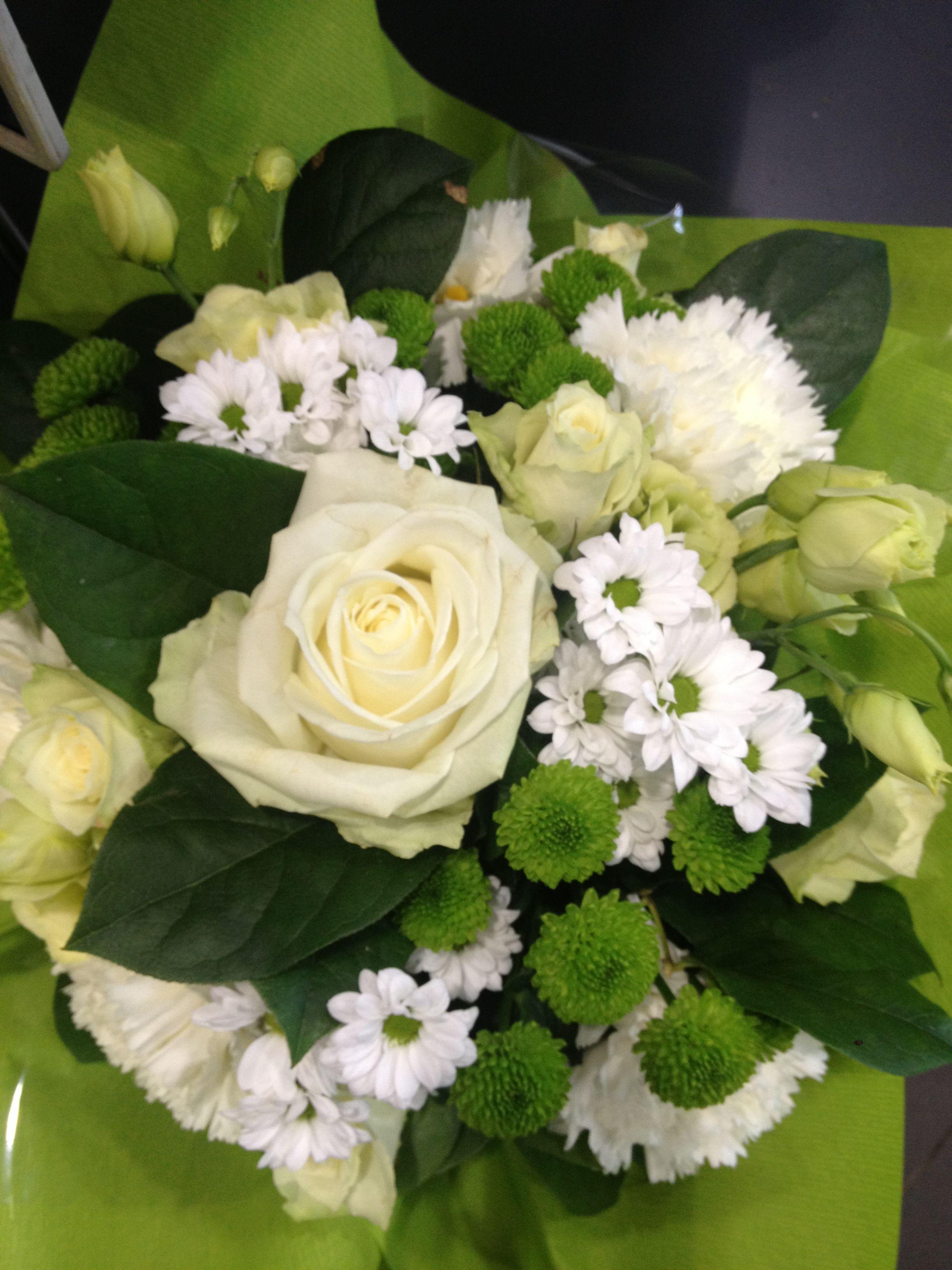 Bouquet Sposa Margherite E Rose.Elegante Bouquet Fiorito Di Rose Margherite E Lisianthus Fiori