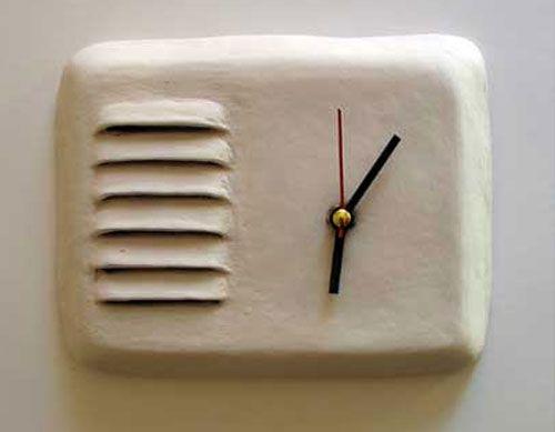 Um objeto sempre presente na decoração é um bom e exclusivo relógio, pois bem, assim são as peças deMaria Kristofersson que vive e trabalha naSuécia. Relógios únicos de cerâmica, design vintage, acabamento rústico e sistema básico alimentadao por uma bateria. 012000