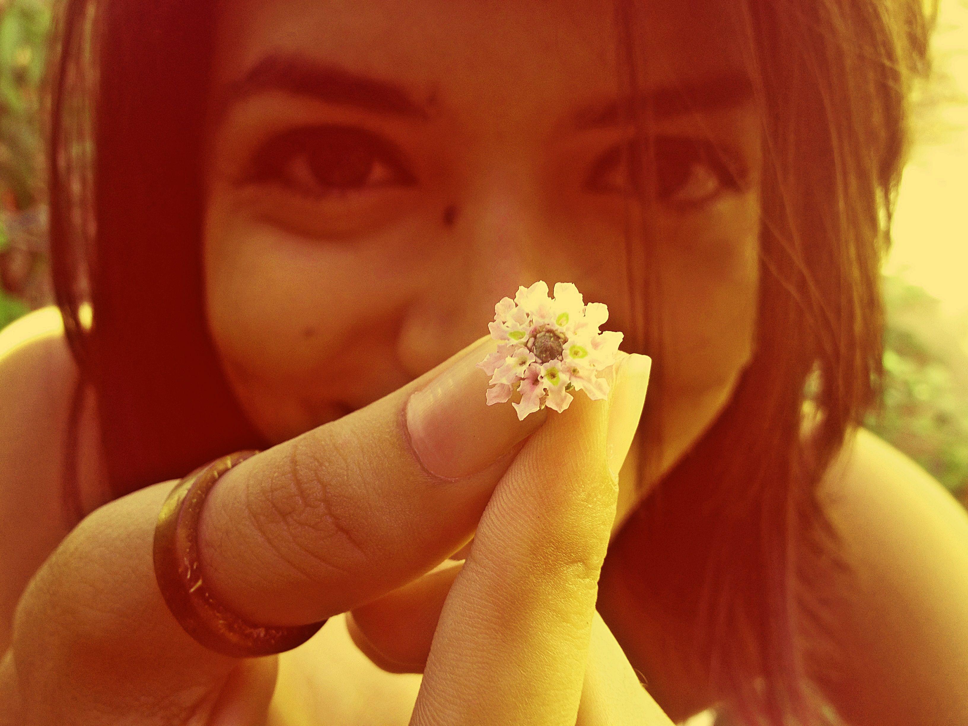 Quero mais flores, E mais sorrisos, E mais vinhos, E muito mais do amor.