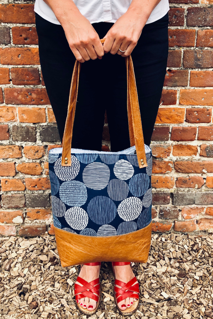 Learn How Easy It Is To Sew Up A Diy Tote Bag This Simple Lined Tote Bag Pattern Includes Slip Pockets Diy Leather Tote Bag Tote Bag Pattern Tote Bags Sewing