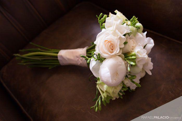 Maravilloso bouquet de mezcla de flores en beige. Muy elegante