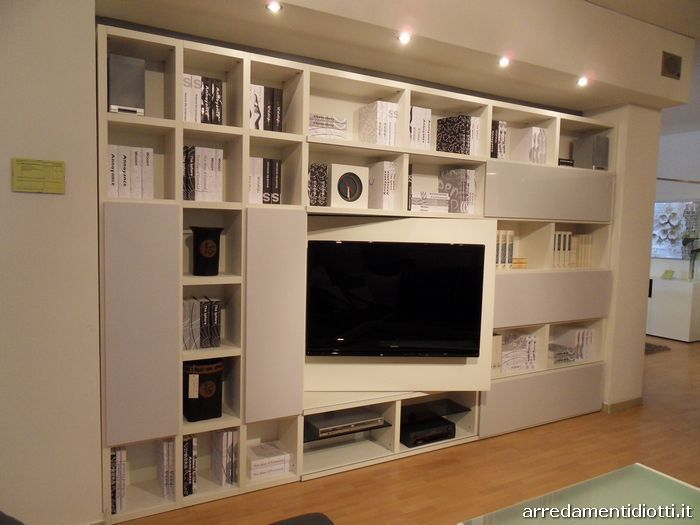Soluzione libreria con tv su pannello girevole. Togliere le ante ...