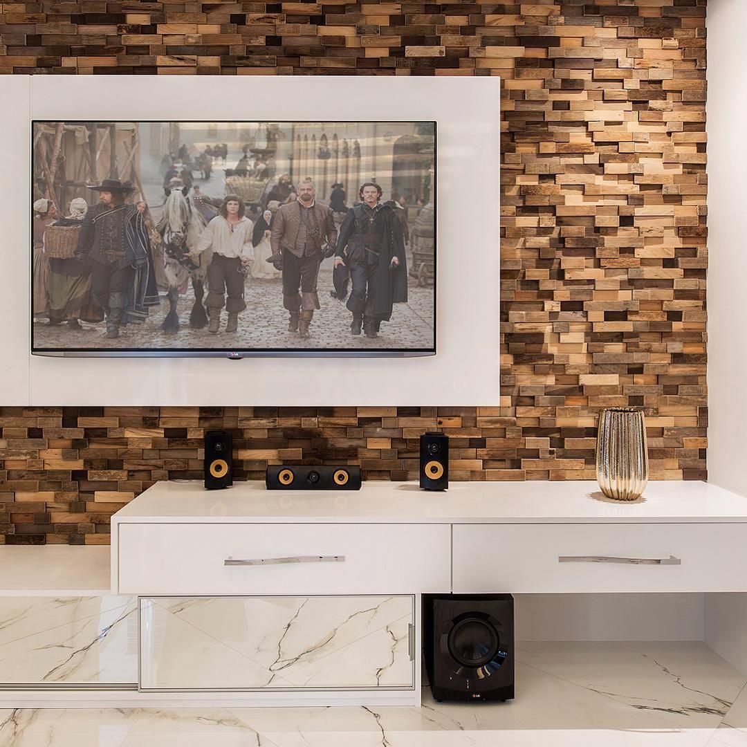 O home é um espaço de destaque da sala de estar e quando revestido com nossos mosaicos especiais ganham ainda mais charme. #pietrecolorate #mosaicoespecial #madeirademolicao #revestimento #home #arquiteturadeinteriores