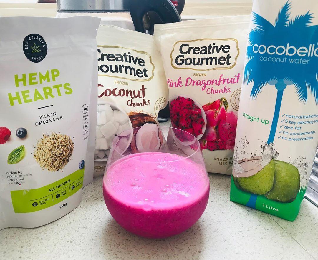 Smoothie 🌸 ⠀⠀⠀⠀⠀⠀⠀⠀ 🇦🇺 Hemp seeds ➕ frozen coconut ➕ frozen dragon fruit ➕ coconut water 💦 ⠀⠀⠀⠀⠀⠀⠀⠀ 🇧🇷 Sementes de cânhamo ➕ coco congelado ➕ fruta dragão (pitaya) congelada ➕ água de coco 💦 ⠀⠀⠀⠀⠀⠀⠀⠀