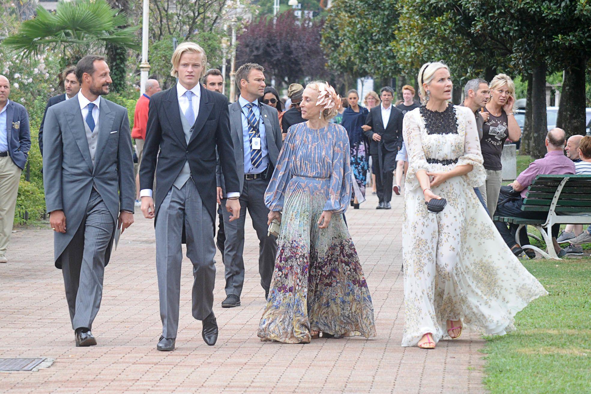 Haakon Marius En Mette Marit Op Het Huwelijk Van Pierre En Beatrice Casiraghi Isola Bohemian Wedding Guest Dresses Bohemian Wedding Guest Wedding Guest Dress