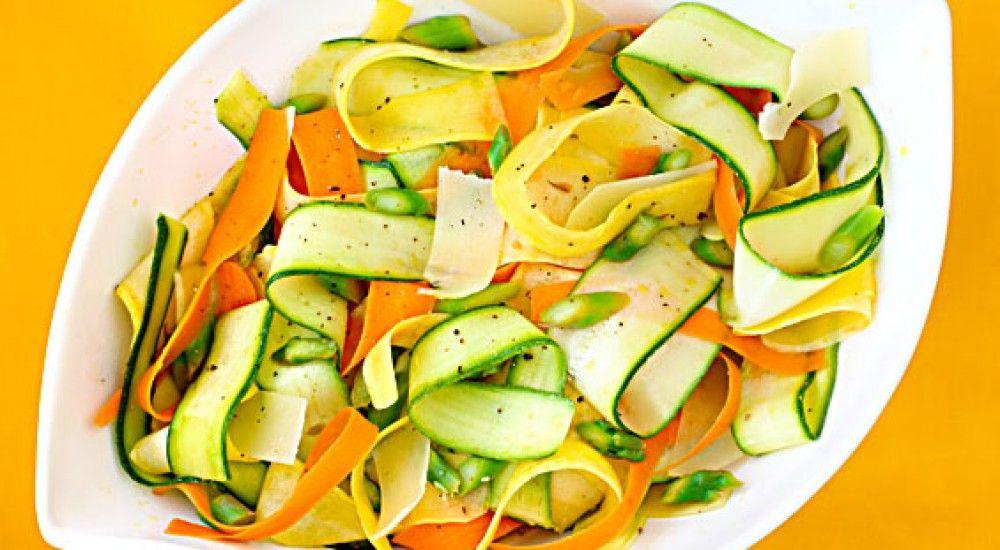 Ensalada de verduras ralladas, un plato sano y original