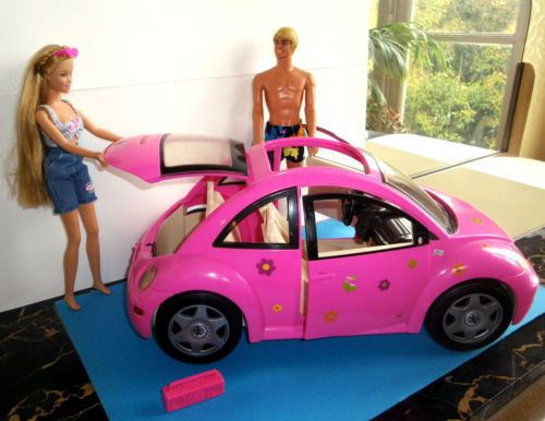 lot barbie et ken leur voiture volkswagen vw coccinnelle rose barbies dolls pinterest. Black Bedroom Furniture Sets. Home Design Ideas