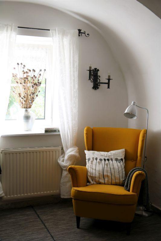 Leseecke im #vorraum mit einem gelben #stuhl #einrichtungsideen