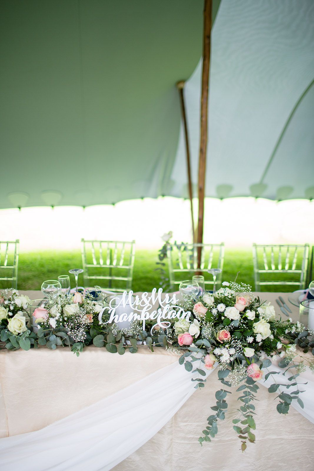Head table decoration with flowers and candles at our wedding in brllopet 7 tips kring dekoration tess montgomery metro mode junglespirit Choice Image