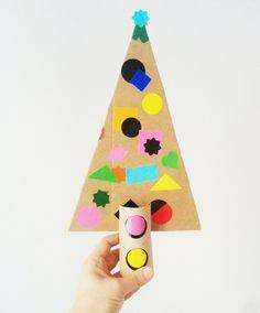 BRICO NOEL   Bricolage idéal pour les plus petits (à partir de 2 ans). Assembler le sapin et son tronc puis le décorer. À faire en classe ou à la maison, au chaud :)