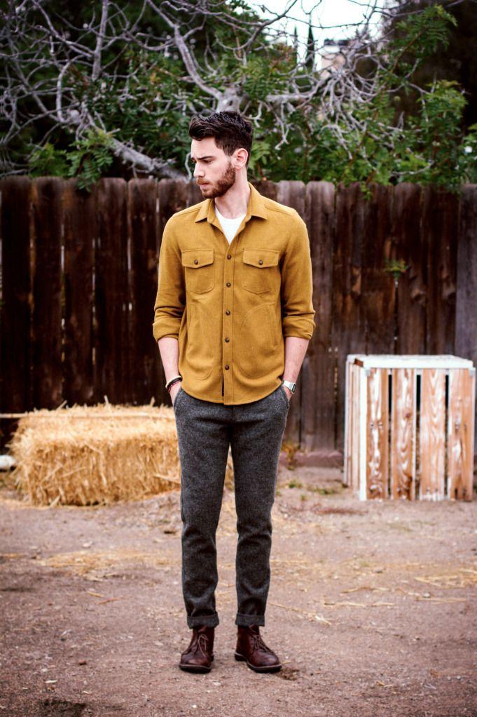 Comprar ropa de este look:  https://lookastic.es/moda-hombre/looks/camisa-de-manga-larga-mostaza-camiseta-con-cuello-barco-blanca-pantalon-de-vestir-gris-oscuro-botas-safari-burdeos/1118  — Camisa de Manga Larga Mostaza  — Camiseta con Cuello Barco Blanca  — Pantalón de Vestir de Lana Gris Oscuro  — Botas Safari de Cuero Burdeos